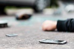 Téléphone cassé sur la rue photographie stock libre de droits
