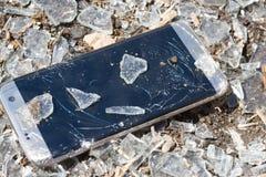 Téléphone cassé sur le fond en verre Images libres de droits