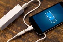 Téléphone chargeant de la banque d'énergie. photographie stock libre de droits