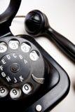Téléphone démodé sur le support blanc photo libre de droits