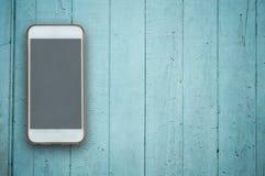 Téléphone d'écran vide sur le fond en bois Photographie stock libre de droits