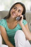 téléphone d'adolescent de causerie de fille Photo stock