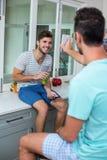 Téléphone d'apparence d'homme à l'ami de sourire Photos libres de droits