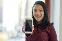 Téléphone d'apparence de femme image stock