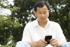 téléphone d'homme de cellules utilisant Photos stock