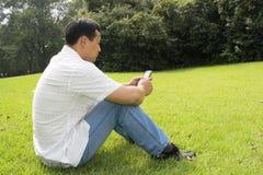 téléphone d'homme de cellules utilisant Photographie stock