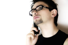 téléphone d'homme parlant les jeunes pensifs Photos libres de droits