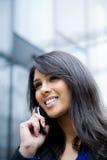 téléphone d'Indienne de femme d'affaires image stock
