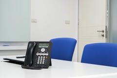 Téléphone d'IP dans la salle de réunion moderne pour se réunir Photos libres de droits