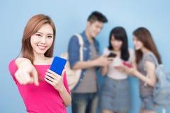 Téléphone d'utilisation d'étudiant photo stock