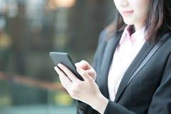 Téléphone d'utilisation de femme d'affaires Photographie stock