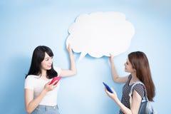 Téléphone d'utilisation de femmes Images libres de droits