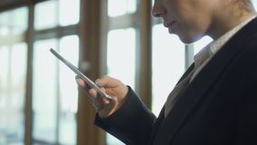 Téléphone d'utilisations de femme d'affaires banque de vidéos