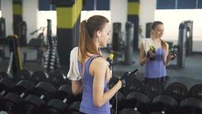 Téléphone d'utilisations de fille au gymnase banque de vidéos