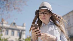 Téléphone d'utilisations de fille dans la rue clips vidéos