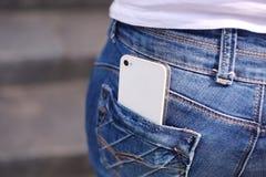 Téléphone dans la poche de jeans image libre de droits