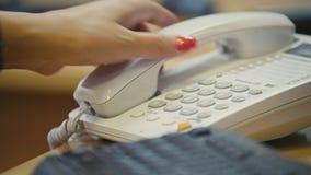 Téléphone dans un bureau Fin vers le haut clips vidéos