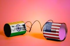 Téléphone de boîte en fer blanc avec les Etats-Unis et les drapeaux indiens téléphone noir de récepteur de concept de transmissio Image libre de droits