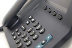 Téléphone de bureau à l'arrière-plan blanc Photos libres de droits