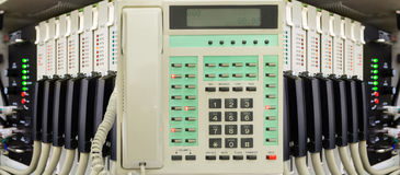 Téléphone de bureau avec le système de commutateur de téléphone image stock