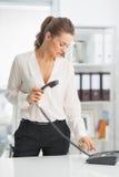 Téléphone de composition moderne de femme d'affaires Photographie stock