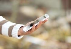 Téléphone de contact dans les mains des femmes Images stock