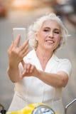 Téléphone de contacts de femme adulte photo stock