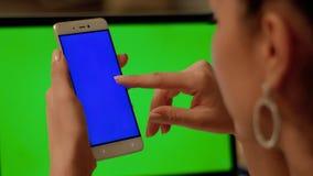 Téléphone de contacts de fille avec l'écran bleu photos stock