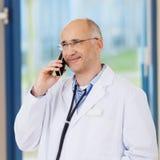 Téléphone de docteur Conversing On Cordless dans la clinique photo libre de droits