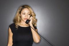 Téléphone de fixation de femme. Photo libre de droits