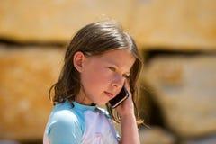 Téléphone de jeune fille Images stock