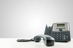 Téléphone de ligne terrestre avec le -crochet de récepteur images stock
