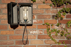Téléphone de mystère dans le mur Images stock
