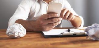 Téléphone de papier froissé par idée d'homme d'affaires photographie stock