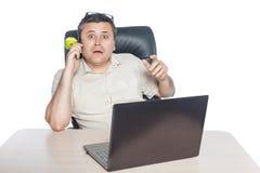 Téléphone de participation d'homme et regard étonné Images stock
