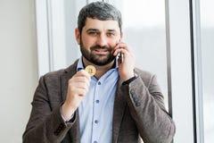 Téléphone de participation d'homme - jeune homme d'affaires utilisant le smartphone dans le bureau Image stock