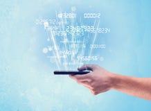 Téléphone de participation de main avec des nombres numériques Photo stock