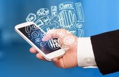Téléphone de participation de main avec les bulles tirées par la main de la parole Photographie stock