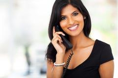 Téléphone magnifique de femme d'affaires image libre de droits