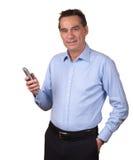 Téléphone de sourire attrayant de fixation d'homme images stock