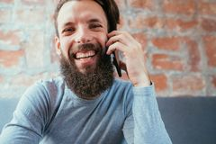 Téléphone de sourire d'entretien d'homme d'émotion heureuse de communication photographie stock libre de droits