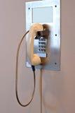 Téléphone de support de mur d'aéroport images stock