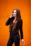 Téléphone de Talking On Cell de femme d'affaires sur la rue de ville Faire des gestes émotif de femme d'affaires avec ses mains Image libre de droits