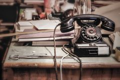 Téléphone de vintage dans un bureau images stock