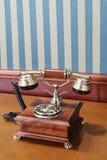 Téléphone de vintage sur la table près du mur Photo stock