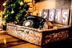 Téléphone de vintage sur le fond en bois Photographie stock libre de droits