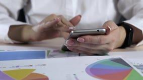 Téléphone de Woman Using Smart de comptable dans le bureau clips vidéos