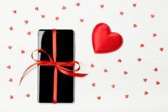 Téléphone emballé comme cadeau Photographie stock libre de droits