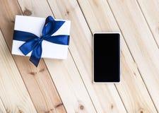 Téléphone et boîte-cadeau intelligents Photos stock