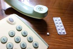 Téléphone et comprimés sur la table Photo stock